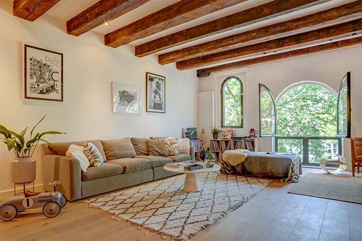Просторные комнаты, балки и арочные окна: величественные апартаменты в Амстердаме