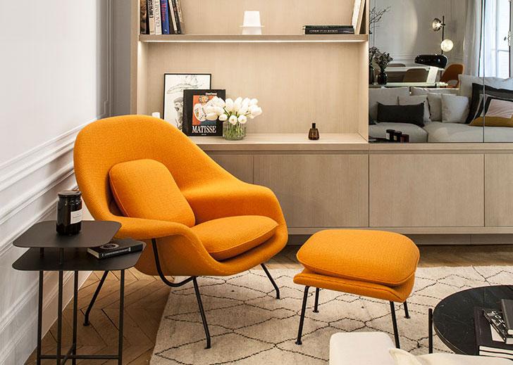 Белоснежная парижская квартира с оранжевыми и желтыми деталями