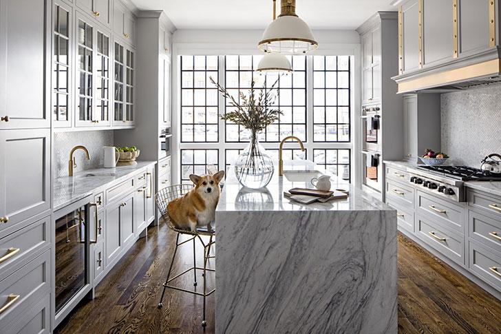 Кухня мечты: пастельный серый, золотые акценты и огромные окна