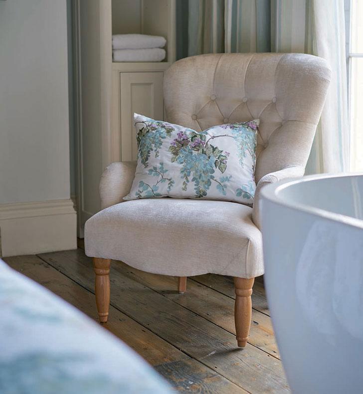 светлое кресло в английском стиле - фото