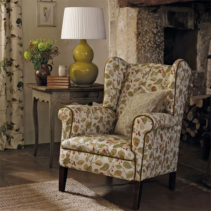 английское каминное кресло - фото