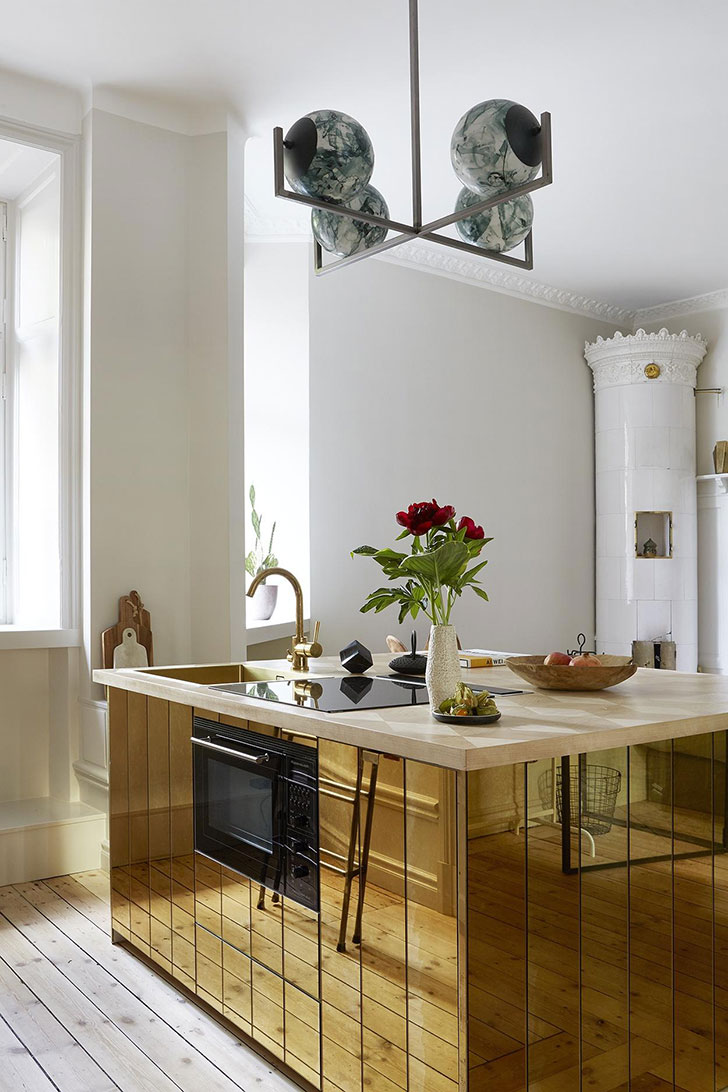 new product e89d3 23f46 Small apartment with gold kitchen island in Stockholm (37 ...