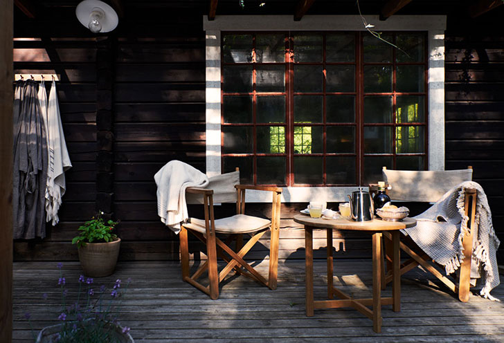 Стильный деревянный домик в чаще леса в Швеции