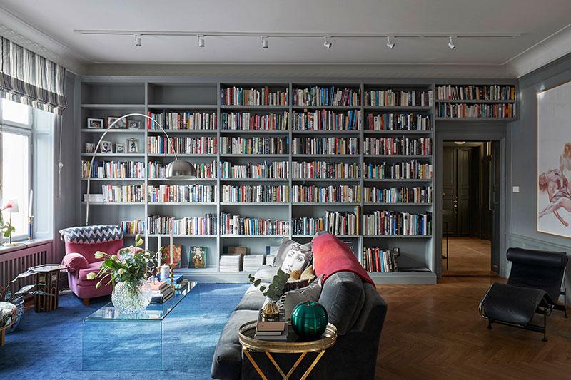 Просторные комнаты и домашняя библиотека: квартира в Стокгольме