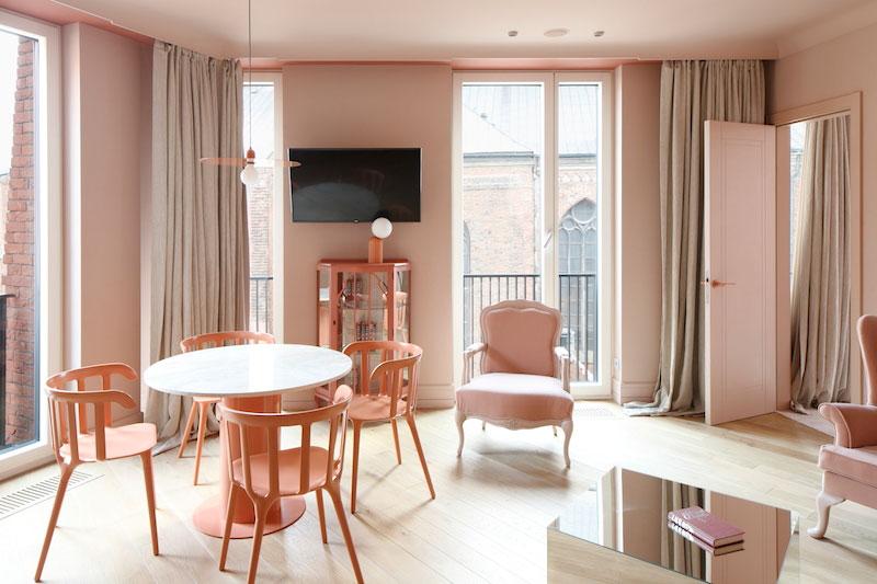 Своя цветовая гамма для каждого этажа: необычный отель Redstone в Риге