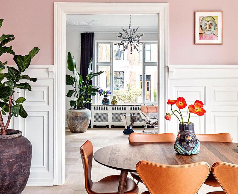 Розовая кухня и роспись на стенах: нескандинавский интерьер квартиры в Копенгагене