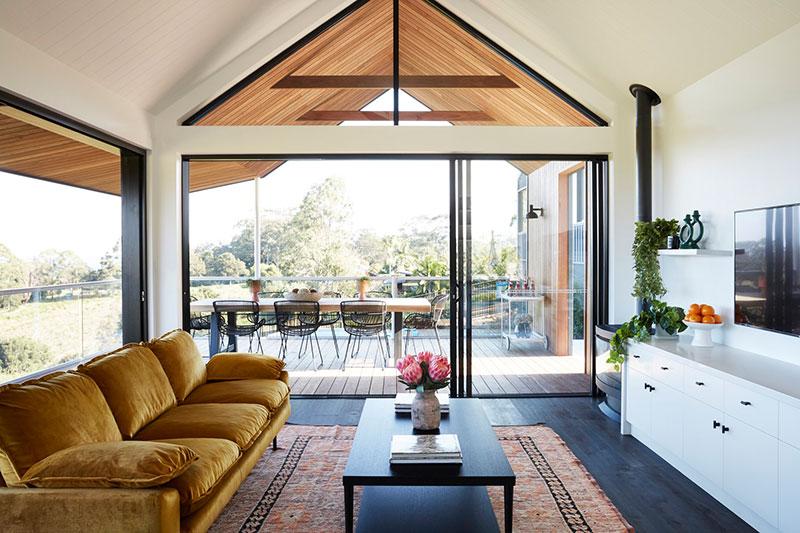 Современный дом в Австралии с необычной крышей и большой верандой