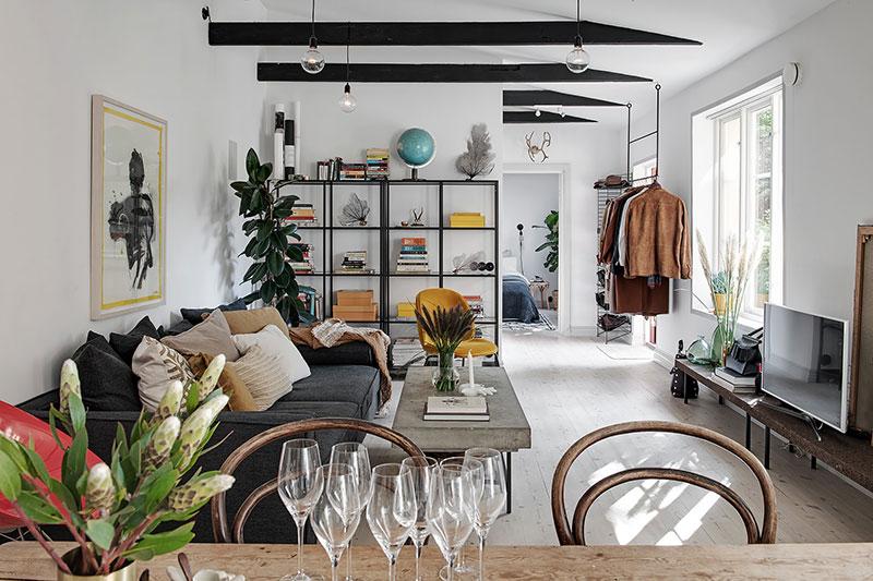 Небольшая квартира с яркими акцентами и легким творческим беспорядком (52 кв. м)