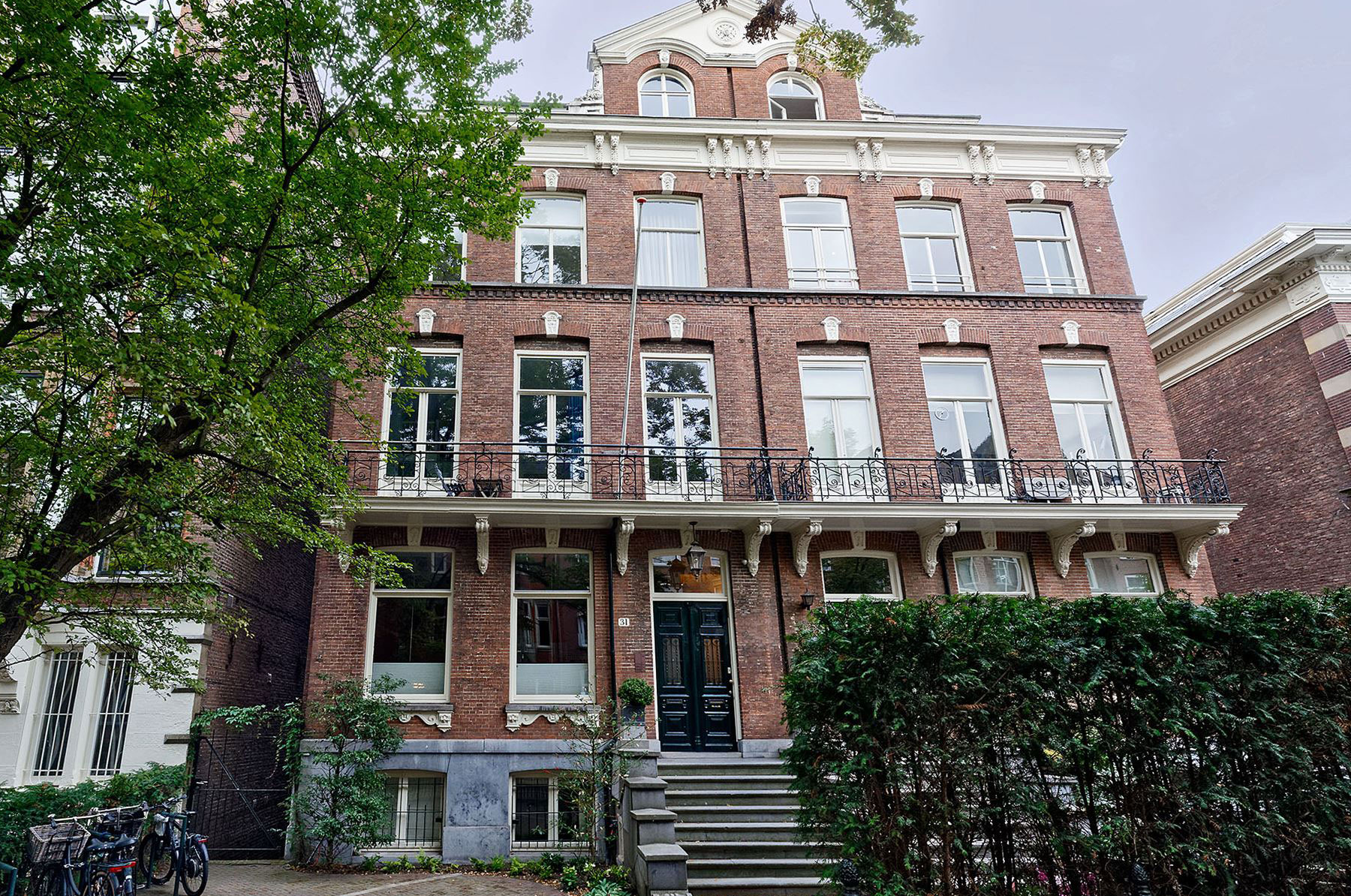 Современная жизнь пятиэтажного особняка 19 века в Амстердаме