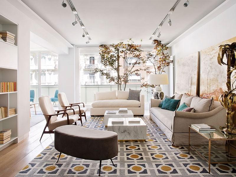 Живое дерево и ванная с видом: яркая квартира в Мадриде