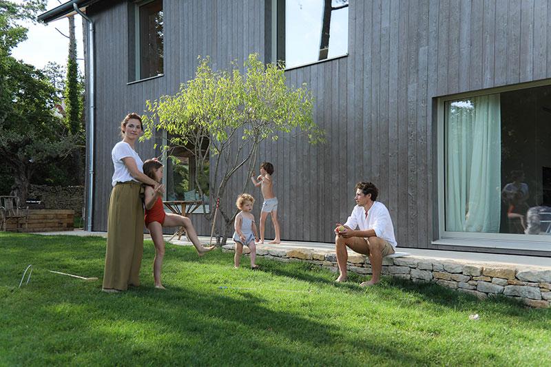 Современное семейное гнездышко в Бургундии: интерьер из дерева, бассейн и потрясающая природа