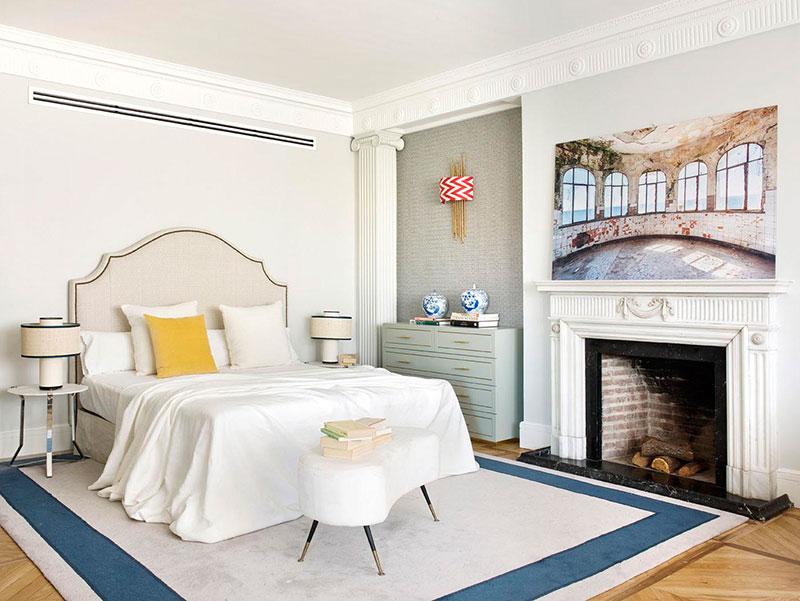 Эклектичный интерьер квартиры в Мадриде с необычными картинами и камином