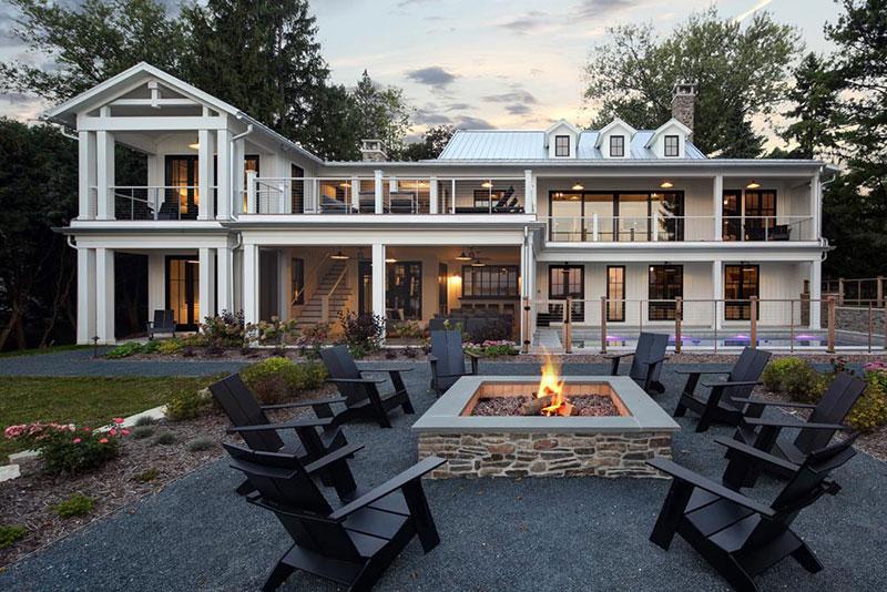 Просторный современный дом прямо у озера в США