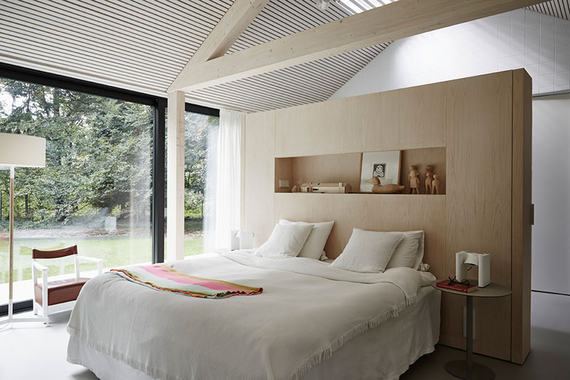 Дом со стеклянными стенами посреди лесной сказки
