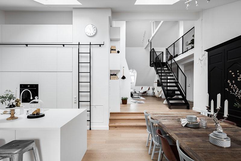 Черно-белый лофт c антресолью в Стокгольме
