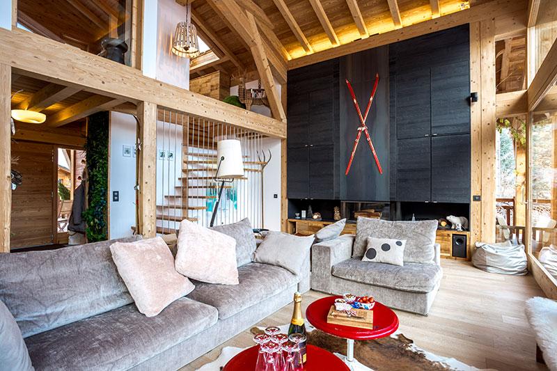 Интересное современное шале с красными лыжами и панорамным окном в Альпах