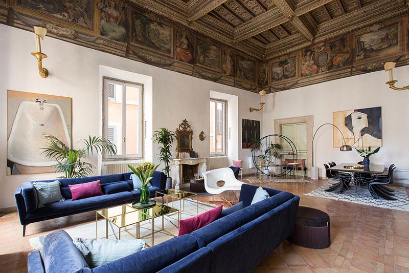 Классическая живопись и современный дизайн: неординарный интерьер квартиры в Риме
