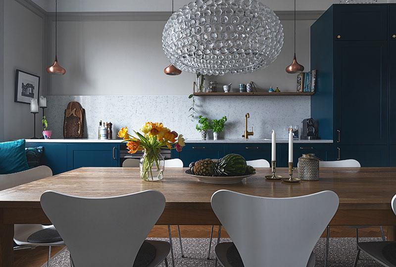 Красивая открытая кухня и приглушенная атмосфера: квартира в Стокгольме