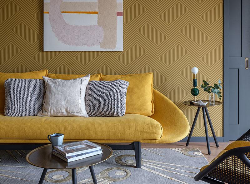 Квартира дизайнера в желтых оттенках с интересными обоями в Москве (65 кв. м)