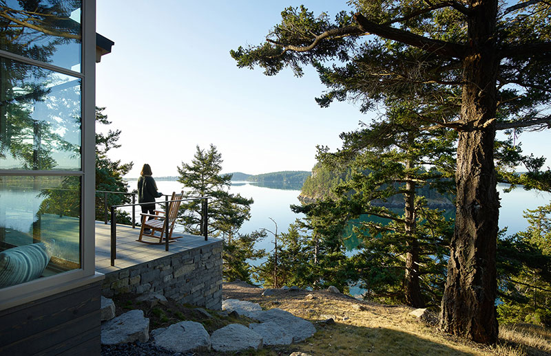 Потрясающий современный дом на холме у озера в США