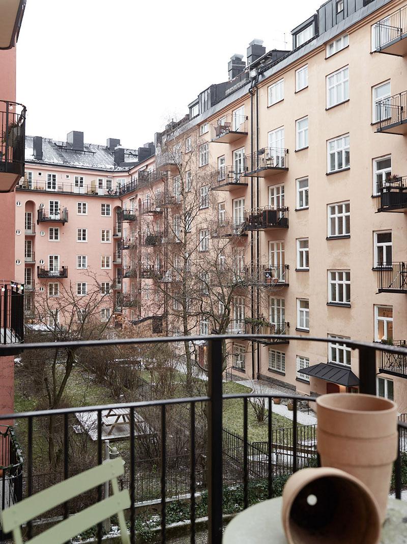 Цветочные обои и естественные оттенки: уютный «натуральный» интерьер в Стокгольме