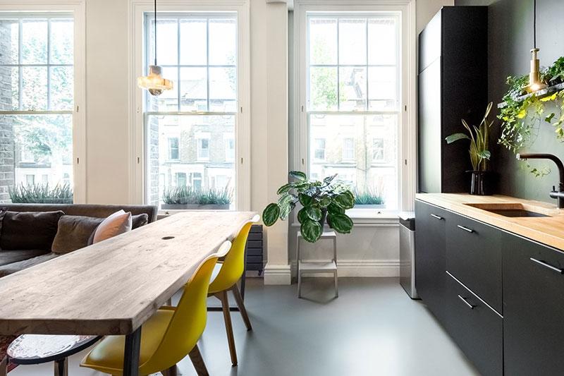 интерьер гостиной с камином и телевизором в квартире фото