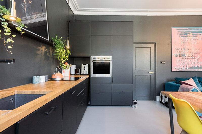 интерьер гостиной в квартире с камином