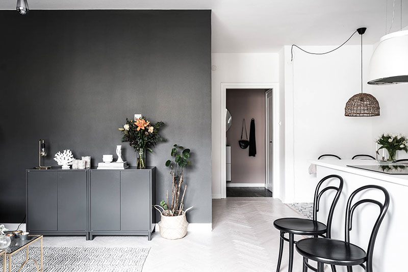 Маленькая шведская квартира с крохотной спальней и черными стенами (42 кв. м)
