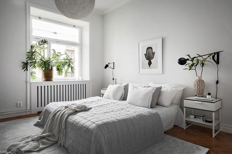 интерьер спальни в бело серой гамме