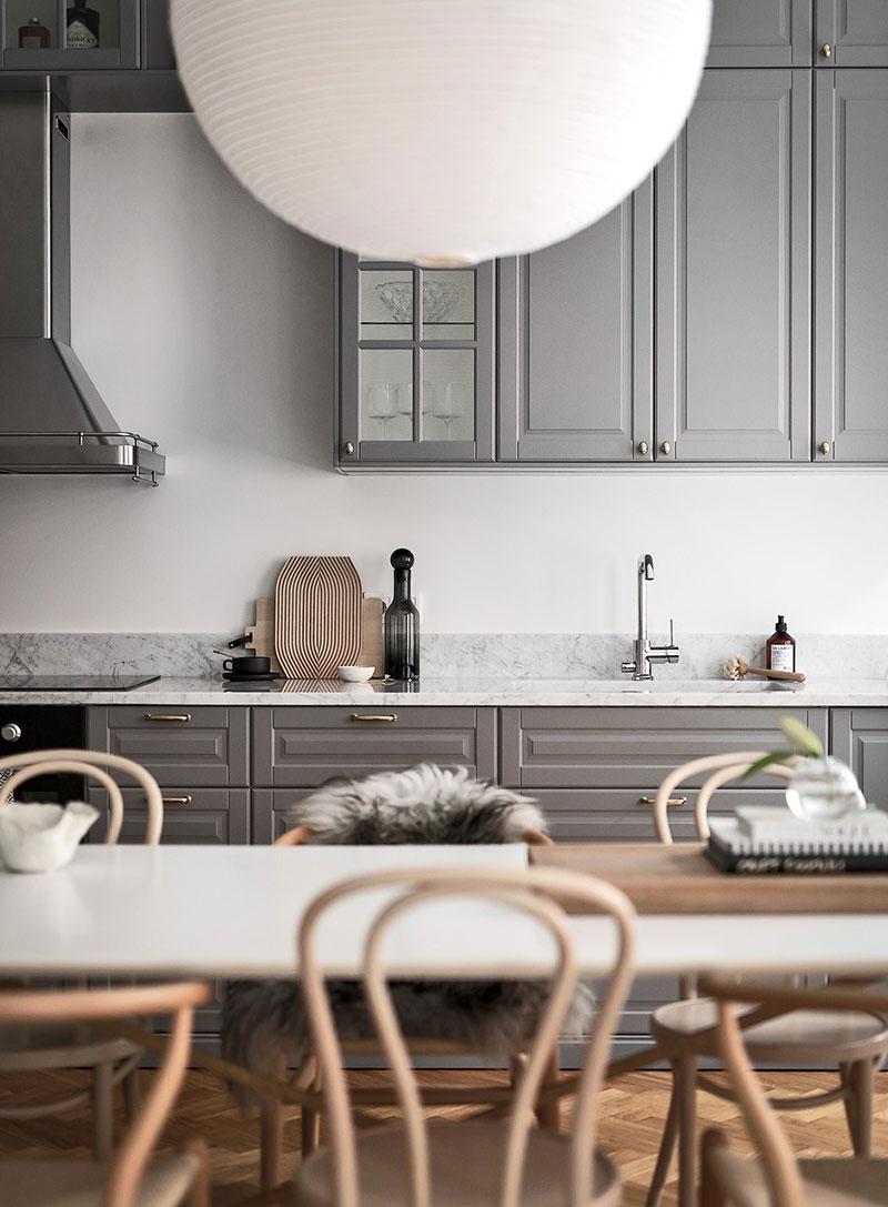 интерьер кухни в серо белой гамме