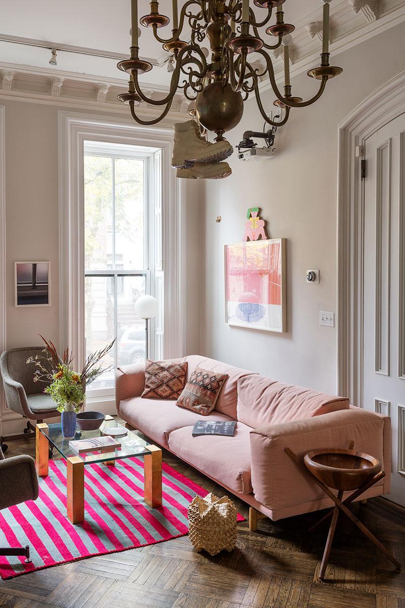 диван розовый в интерьере