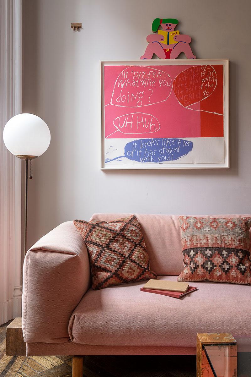 розовый диван в интерьере фото