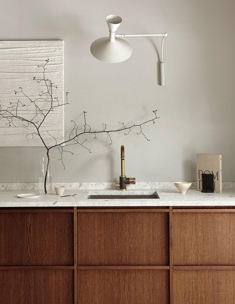 столешница и открытые полки на кухне