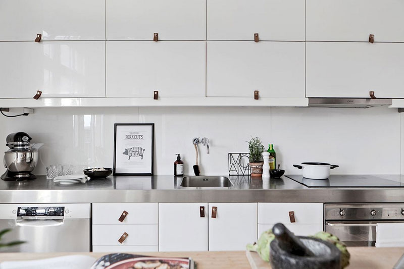 интерьер кухни в стиле лофт с балками на потолке