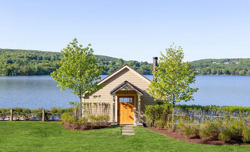 деревянный дом у озера