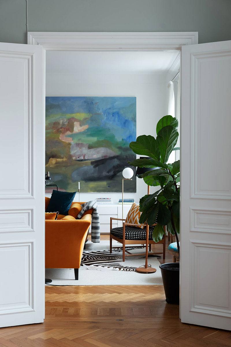 квартира с оранжевым диваном