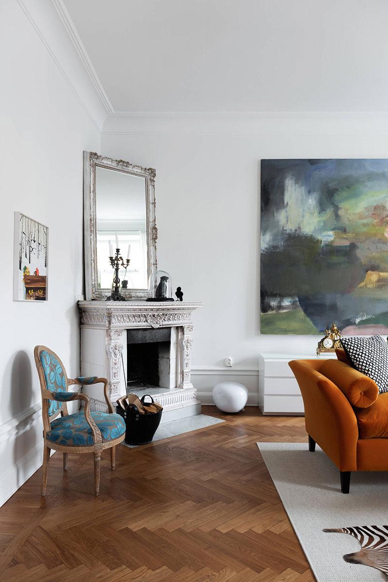 интерьер квартир с оранжевым диваном