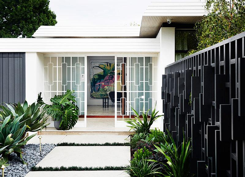 с фасада интерьер дома выглядел очень стильно и современно