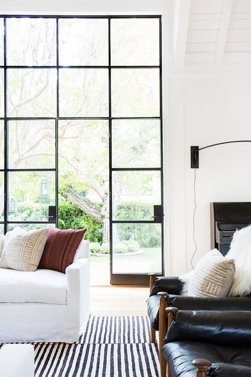белый загородный дом интерьер