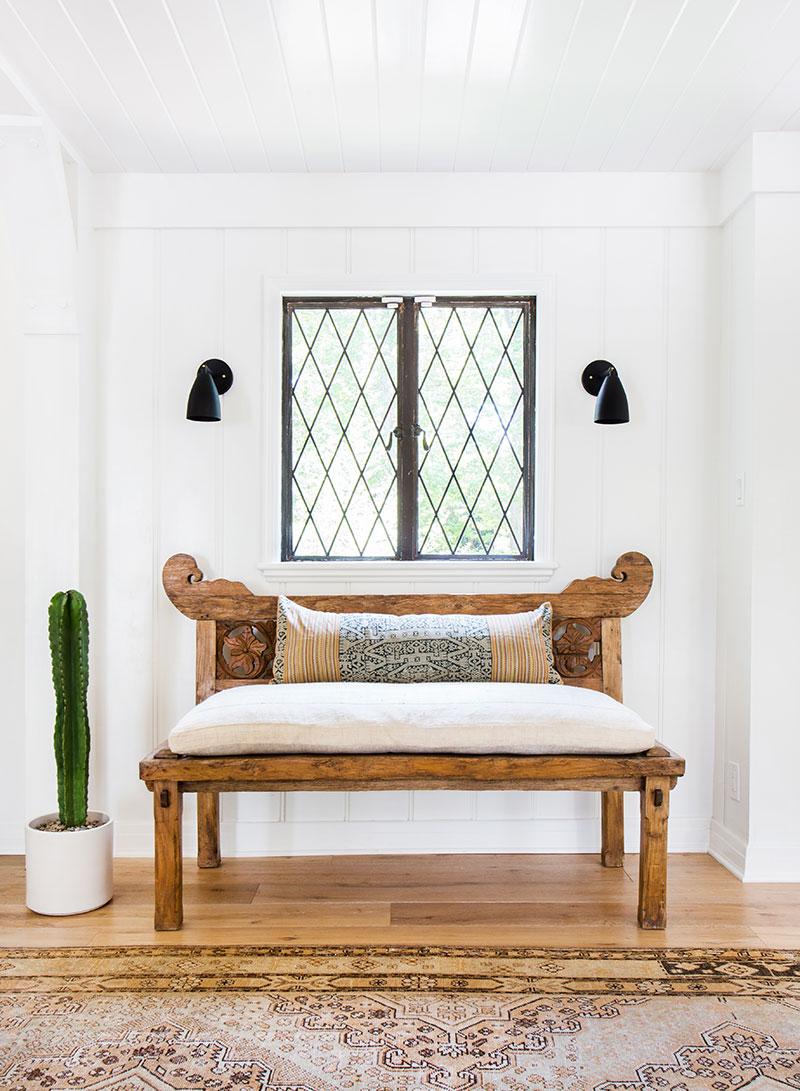 белые двери в интерьере загородного дома