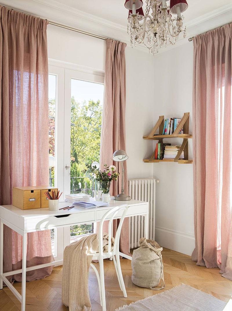 интерьер квартиры с двумя окнами на одной стене