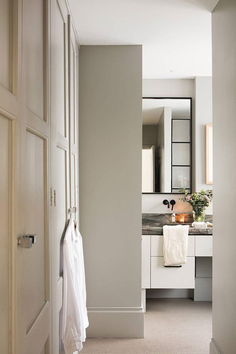 интерьер зала в квартире с двумя окнами на одной стене