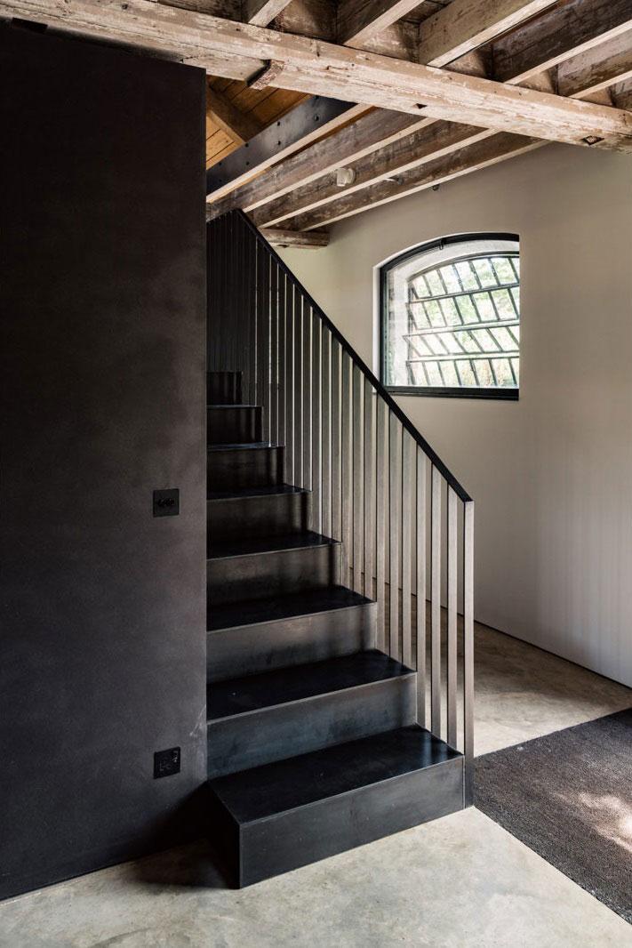 индустриальный стиль в деревянном доме