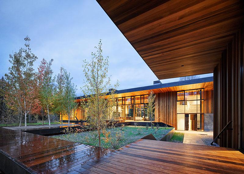 современный дом из дерева и стекла
