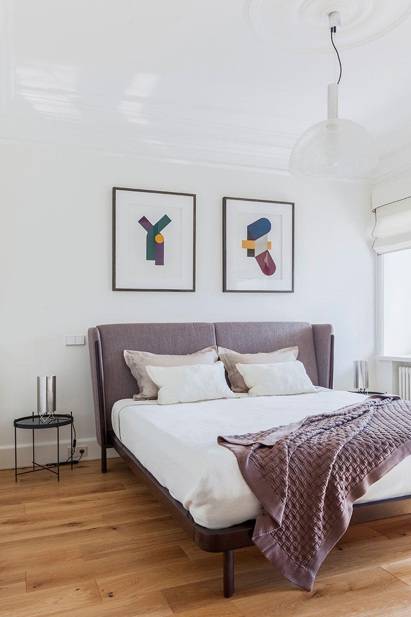 интерьер спальни со скошенным потолком