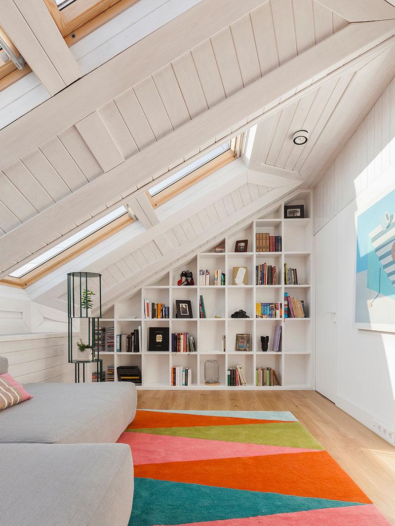 скошенный потолок в интерьере фото