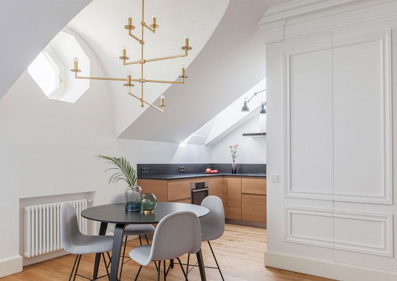 комната со скошенным потолком интерьер