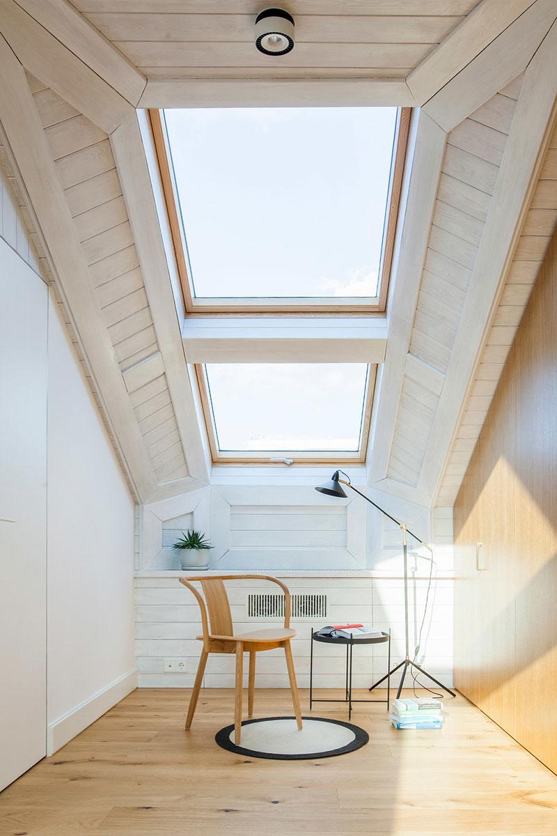 интерьер спальни фото со скошенным потолком