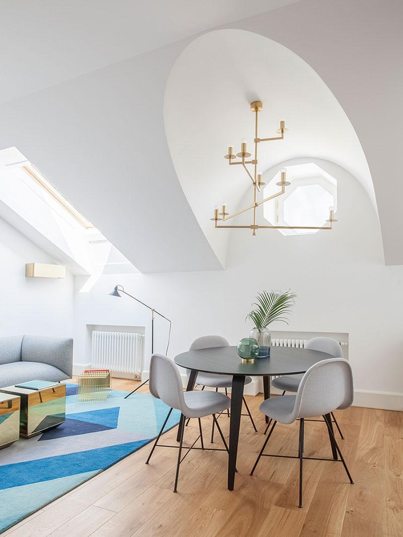 интерьер спальни со скошенным потолком с одной стороны