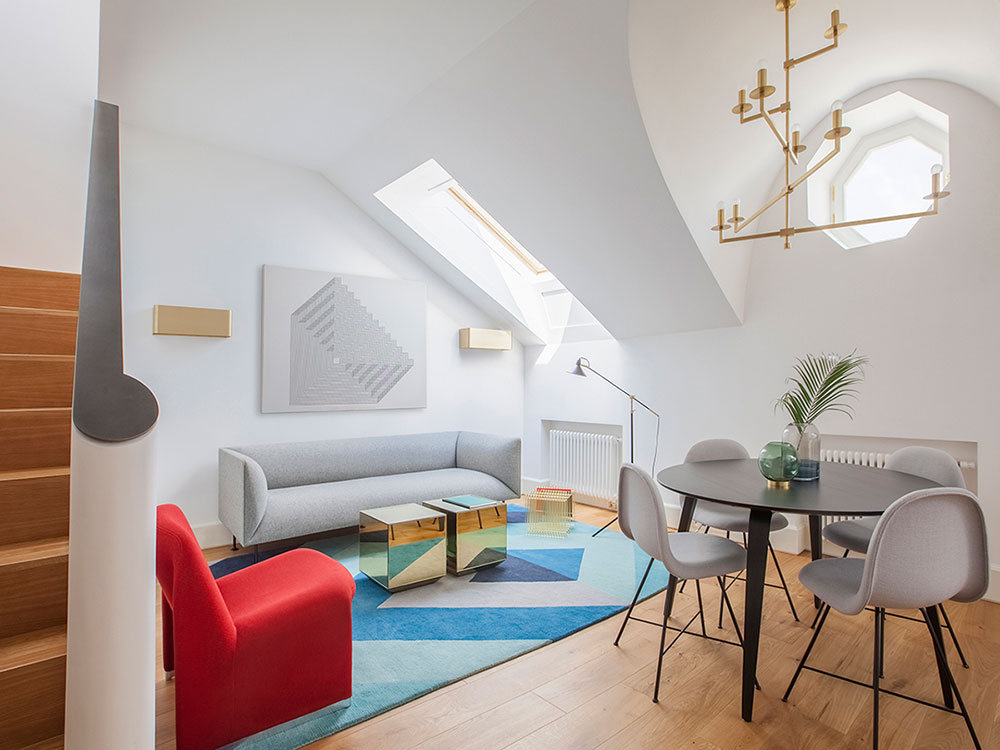 интерьер комнаты со скошенными потолками